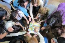 Los cursos relacionados con la pedagogía lúdica abordan el juego como medio para el cambio de paradigma en infancias.
